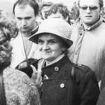 Pani Hana Ponická pri disidentskej akcii na Bradle (máj 1989)